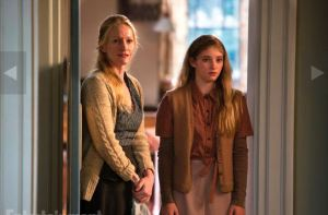 Paula-Malcomson-and-Willow-Shields-in-The-Hunger-Games-Catching-Fire-2013-Movie-Image
